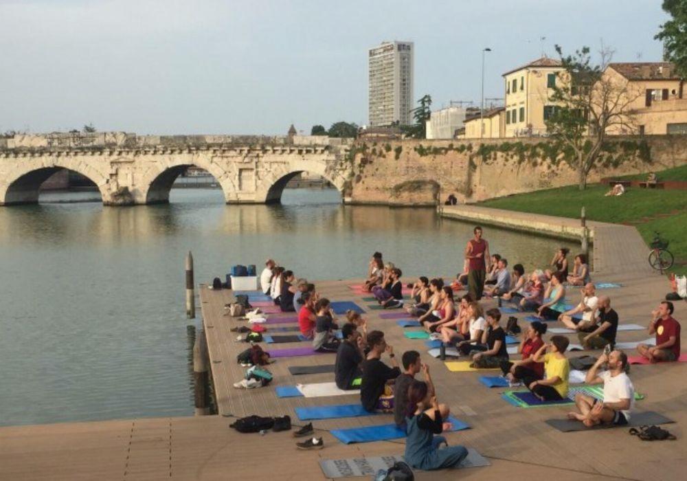 Yoga -kurs an der Tiberiusbrücke